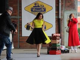 Eva Decastelo na módní show u příležitosti 90. výročí společnosti Kazeto