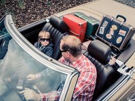 Nýtovaný kufr - cestování v retro stylu